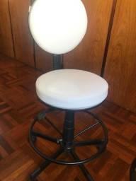 Cadeira mocho com encosto branca
