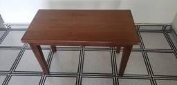 Mesa de apoio em madeira maciça.
