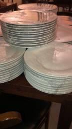 Vendo 234 pratos de porcelana
