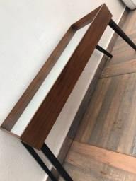 Aparador em madeira e espelho
