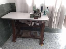 Máquina Overlock com mesa conservada. Dependendo do local entrego