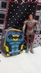 Boneco e mochila