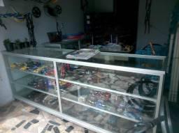 Vendo balcão de vidro e alumínio para loja com três metros de comprimento