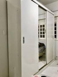 Armário branco com espelho
