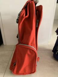Mochila rodinhas vermelha com alça retrátil e compartimento para laptop usada