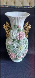 Antigo vaso em porcelana biscuit com alça em folha de ouro