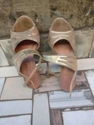 Sandália dourada salto fino