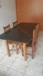 Cama , mesa , cadeira , aparador