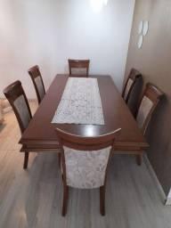 Mesa de Madeira com 6 cadeiras estofadas.