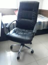 Cadeira giratória R $ 150,00