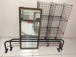 2 araras de parede, espelho e balcão de aramado 6 módulos com vidro