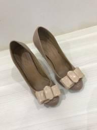 Sapato nude com laço