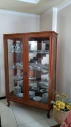 Cristaleira antiga e louças pintadas à mão