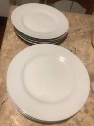 8 Pratos de porcelana da marca Schmidt. Custa no mercado 20 reais cada um