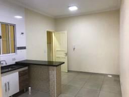Casa localizada a 1,7 km do Metro Santana), com um quarto, sala e cozinha (sem vaga)