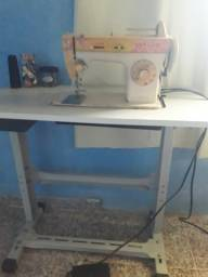 Máquina de costura Singer com gabinete
