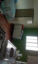 Alugo kitnet com 1 quarto,cozinha e banheiro mais area de serviço sem tv no momento