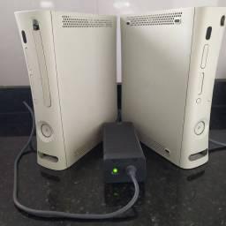 2 Xbox 360 com uma fonte Leia descrição