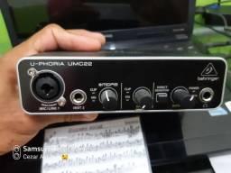 Interface de áudio Boehringer Umc22 e um microfone condensador de ótimo qualidade