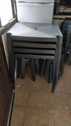 Mesa de plástico com banquetas reforçadas