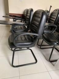 12 cadeiras acolchoadas com pés de balanço.