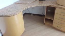 Móvel para escritório com prateleiras, gavetas e portas em excelente estado