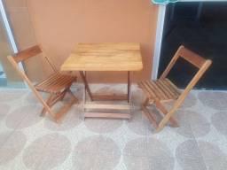 Vendo duas cadeiras com uma mesa