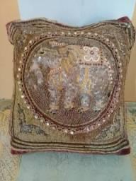 Capa de almofada indiana com bordado em alto relevo de elefante. Linda!