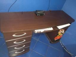 Escrivaninha com 4 gavetas
