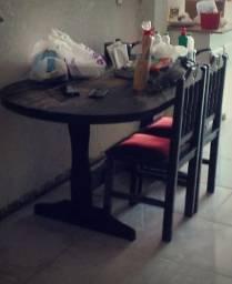 Mesa com seis cadeiras + balcão