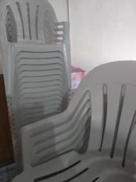 Cadeiras de plástico branca em ótimo estado