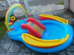 Piscina Playground com Escorregador