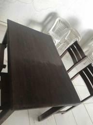 Conjunto de mesas e cadeiras de madeira