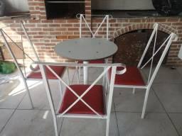 Mesa com com cadeiras de ferro