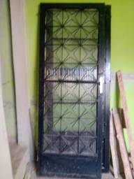 Porta de ferro com janela