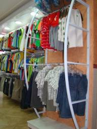 Expositor de parede para roupas penduradas em cabide / med. 1.30 mts. comp