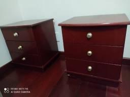 Duas mesas de cabeceira