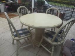 Mesa em madeira resistente muito boa , cadeiras estofadas.