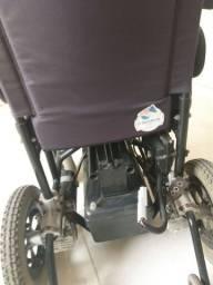 Cadeira de rodas elétrica.