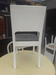 Cadeiras em madeira estofada .
