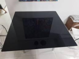 Mesa de vidro plotada com adesivo preto
