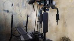 Estação de musculação, mesa de supino e vários pesos