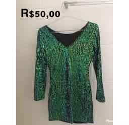 Vestido de festa curto e manga longa com paetês verde