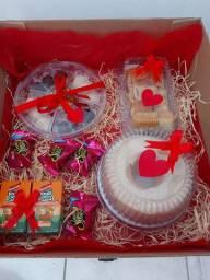 Festa na caixa e  cesta de guloseimas