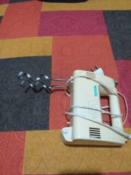 Título do anúncio: Vendo batedeira elétrica de o copo é cem base usado