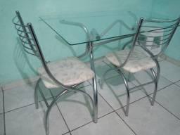 Mesa com 2 cadeiras usada