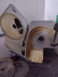 Título do anúncio: Vendo processador de alimentos skymsen muito novo acompanha 14 discos de diferentes cortes