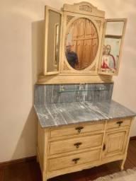 Toucador em madeira maciça patinada, espelho central oval e laterais dobráveis. Raridade