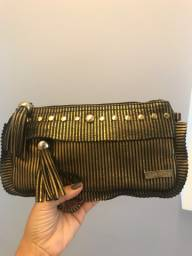 Clutch dourada e preta com tarrachas My Shoes