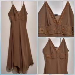 Vestido longuete marrom claro com detalhes em miçangas